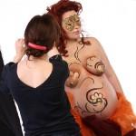Беременный бодиарт - одноцветный растительный орнамент