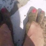 Белый камень, тёмный песок, красные ногти