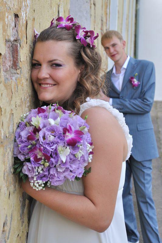 Свадебные прически с живыми голубыми цветами