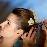 Свадебная причёска украшенная живыми цветами