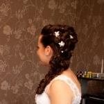 Причёска Ольги украшена шпильками с декоративными жемчужинамии цветами