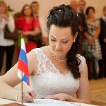 Невеста ставит свою подпись