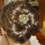 Фото стильной свадебной причёски для пожружки невесты
