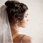 Нежные волны и локоны в свадебной причёске