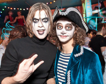 Слева - образ Ворона на хеллоуин