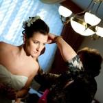 Мама невесты помогает одеть серьги Ольге