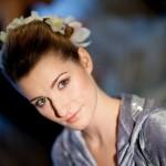 Свадебный макияж невесты и причёска с живыми цветами