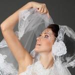 Невеста Валерия в фате и свадебном платье